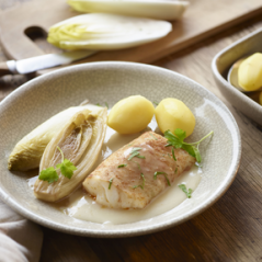 IJslandse kabeljauwrug met witlof, gestoomde aardappelen en Noilly Prat-saus